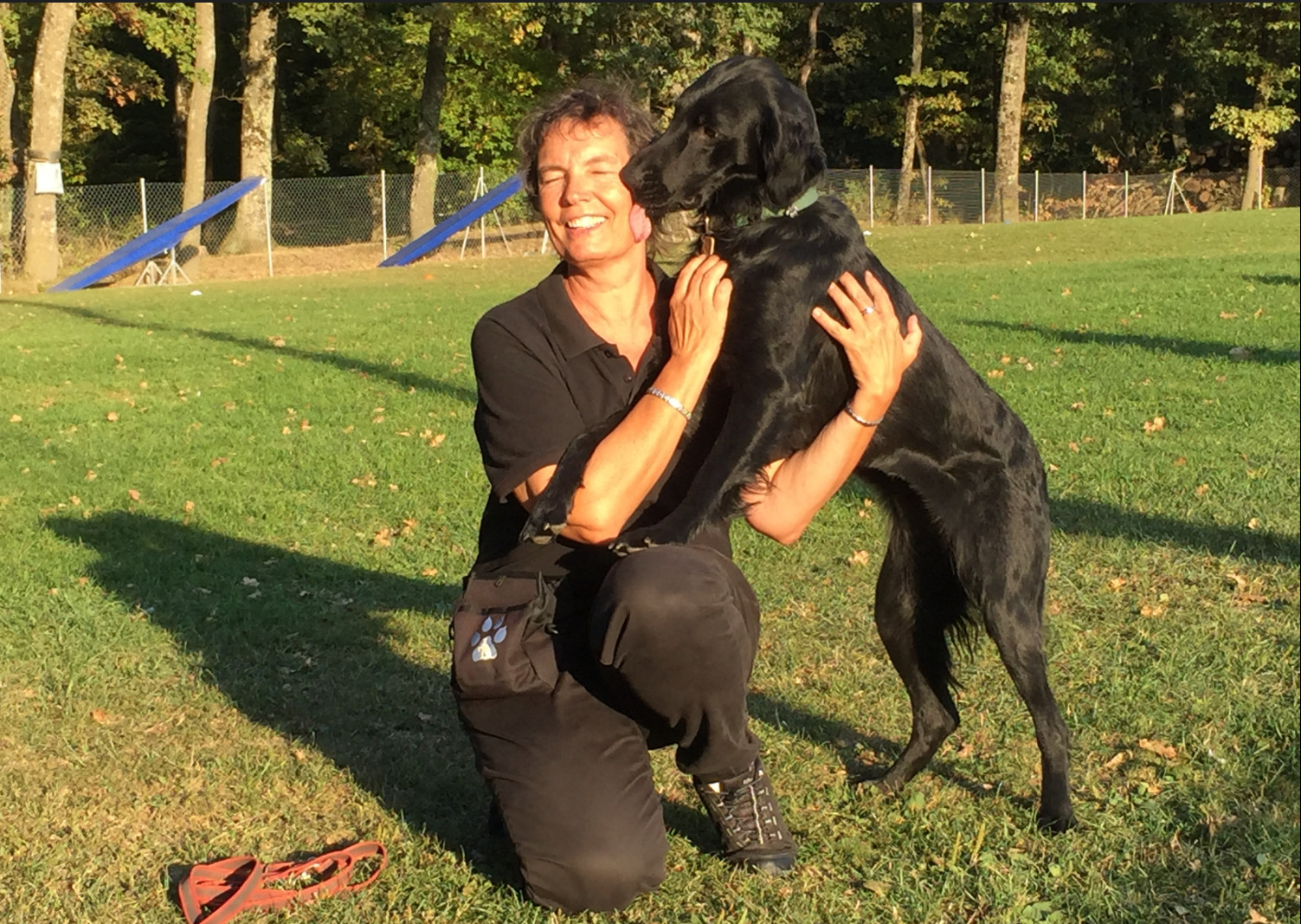 """Catherine Walder avec sa chienne flatcoat """"Zeb de Javelot des Granges"""" © Kilian Miche"""