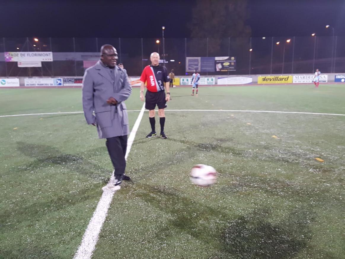 L'ambassadeur du Congo en Suisse Zénon Mukongo Ngay a donné le coup d'envoi de la première édition de la Coupe Défi Intercontinental,lundi 12 nov 18 au Stade Lancy Florimont. © Anderson Makedi