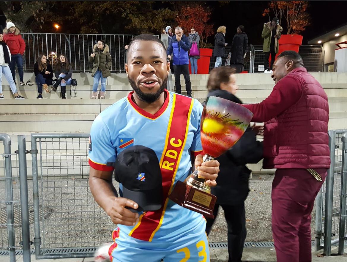 Doudou, l'arrière droit d'UBG/sélection congolaise brandissant le trophée de la soirée, lundi 12 nov 18 au Stade Lancy Florimont. © Anderson Makedi