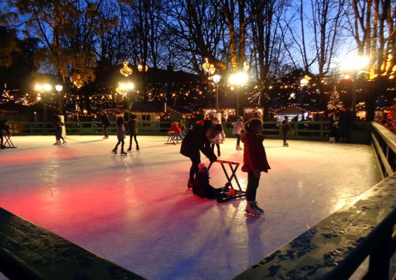 La patinoire éphémère devant le restaurant des Bastions