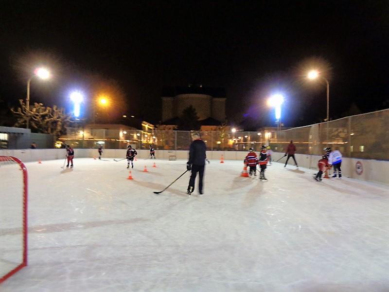 La patinoire éphémère de Carouge sur la Place de Sardaigne
