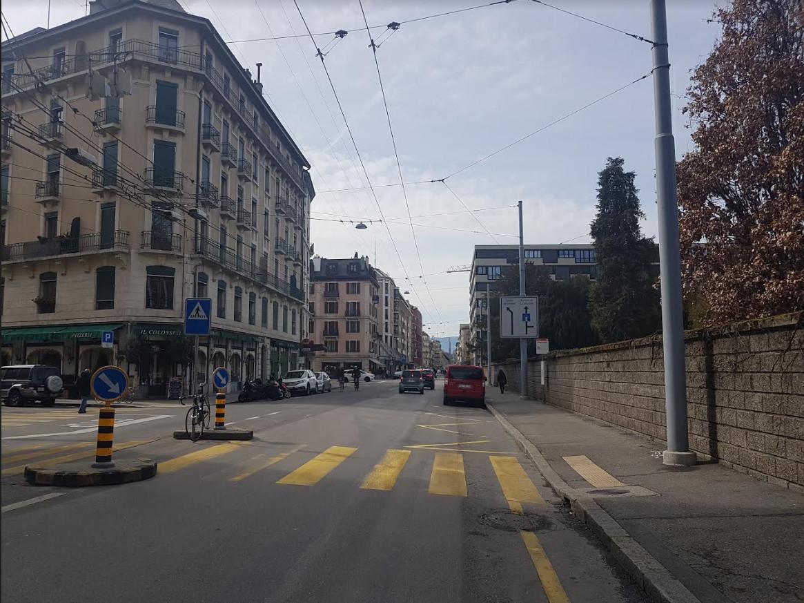 Le boulevard Saint-Georges avec sur la droite le mur austère du Cimetière des Rois.. © FK