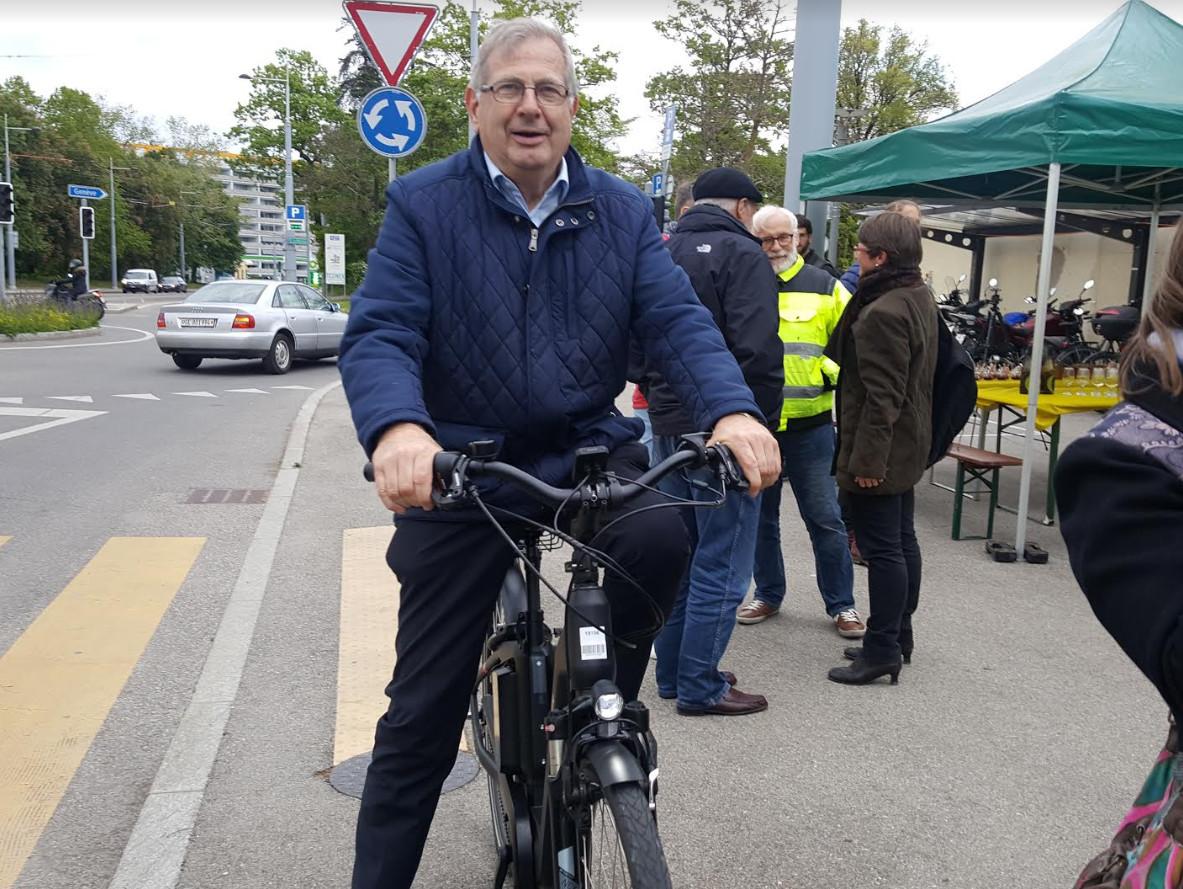 Le maire de la ville d'Onex, François Mumenthaler avait testé un des vélos électriques lors de la cérémonie d'inauguration d'Onex roule. ©Anderson Makedi