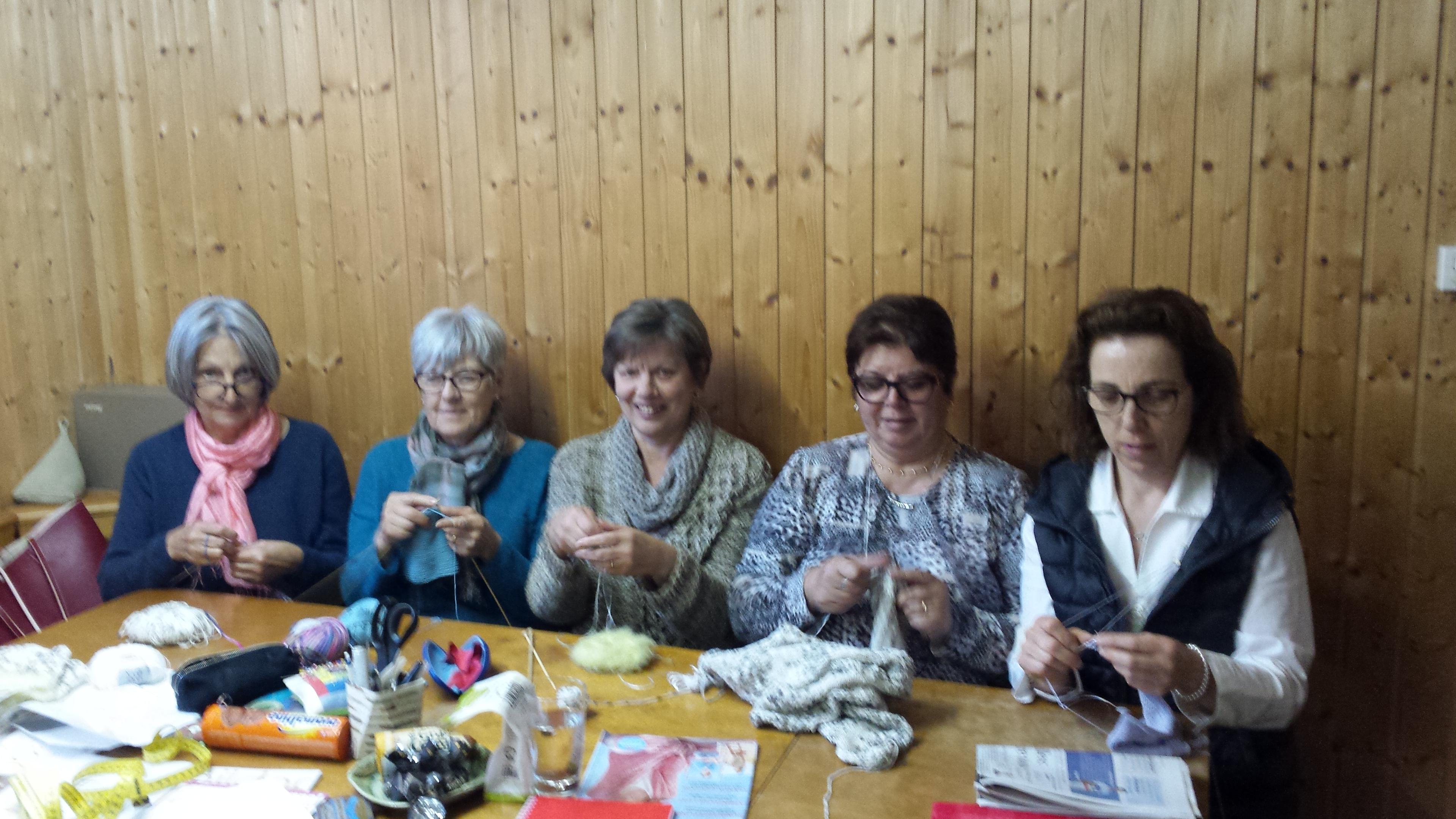 Les tricoteuses autour de Heidi