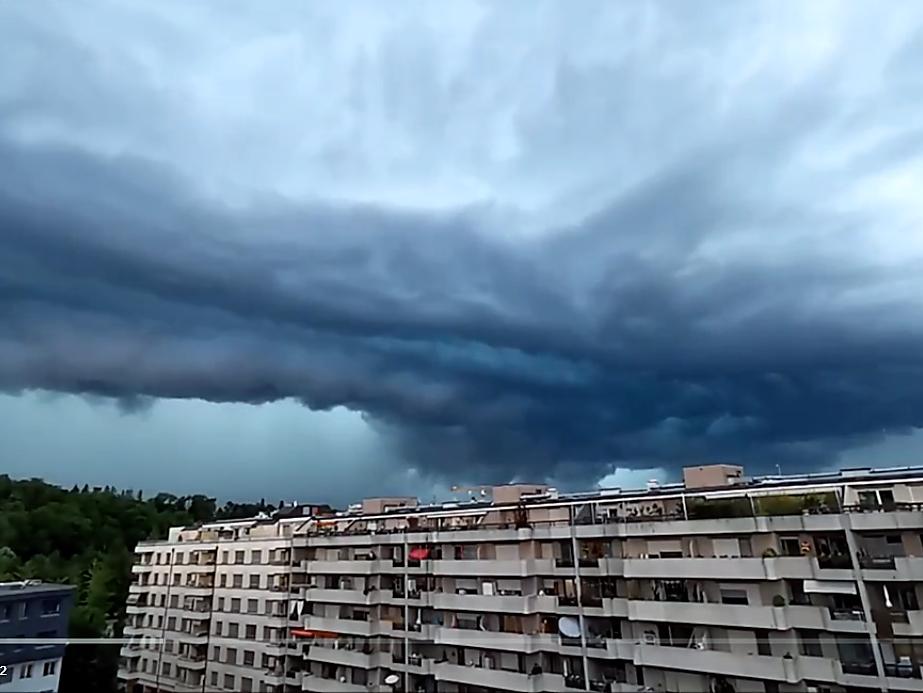 Une impressionnante masse orageuse surplombe Carouge, samedi 15 juin 2019
