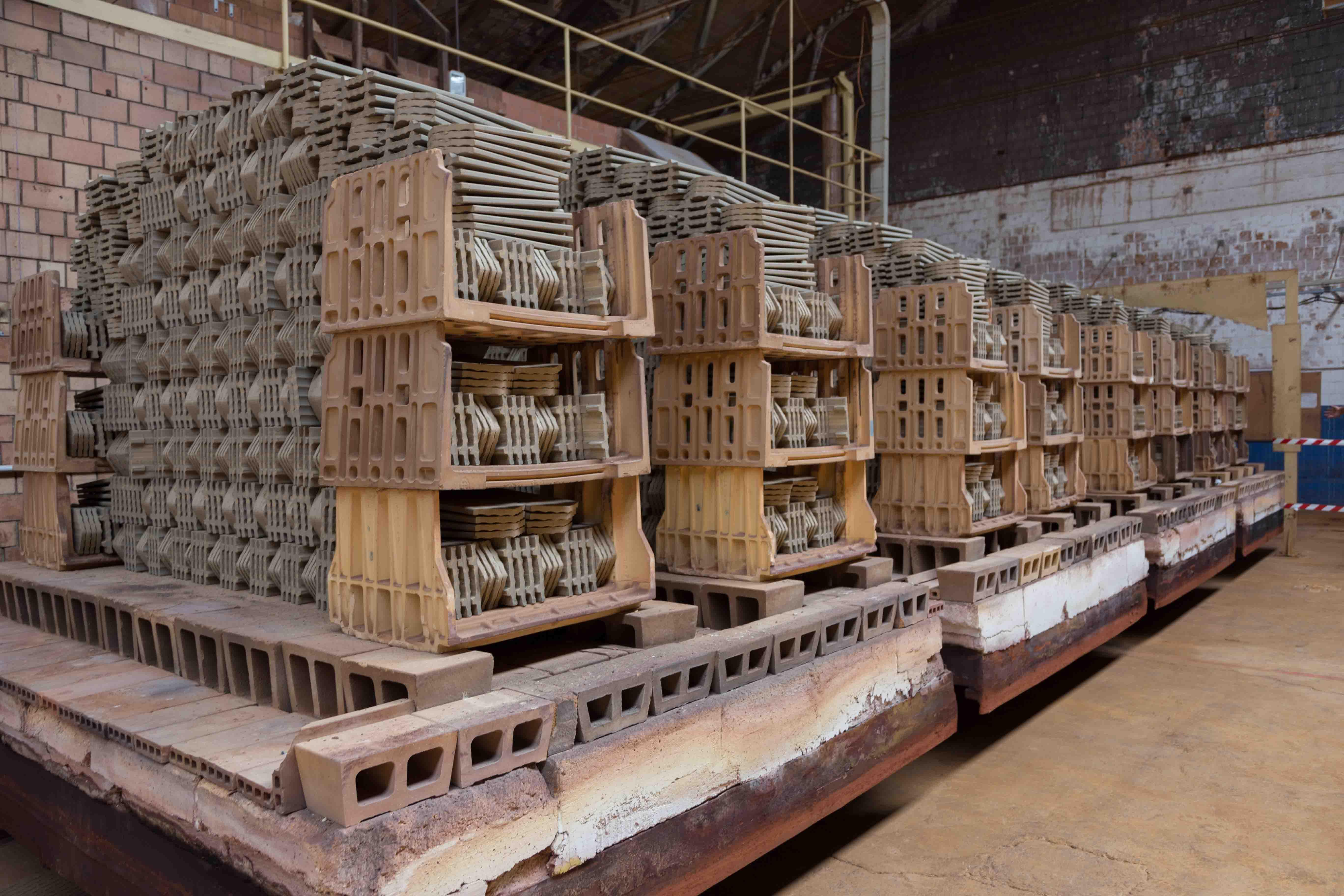 Les wagonnets de tuiles avant leur entrée dans le four, © Anne Pastori