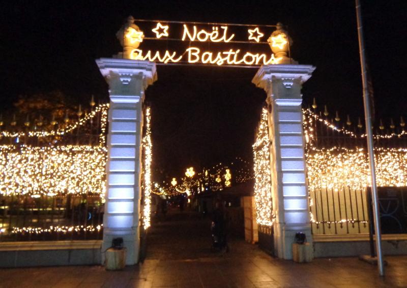 L'entrée du Marché de Noël devant la Place de Neuve
