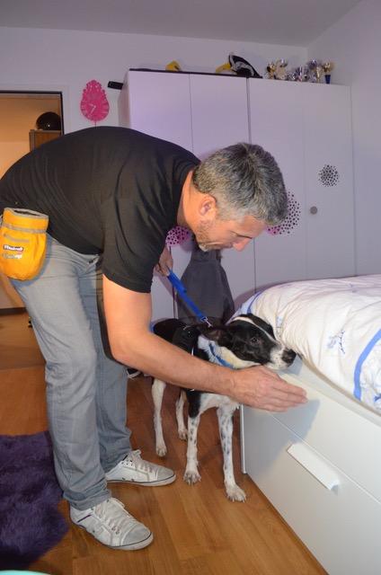 Patrick Horner et Patty, chien spécialisé dans la recherche de punaises de lit.© DR