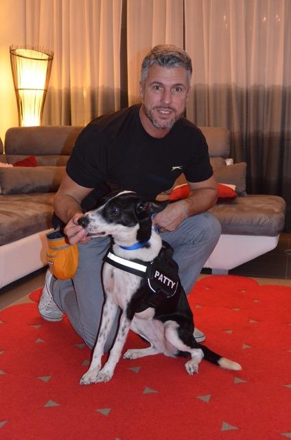 Patrick Horner et Patty, chien spécialisé dans la recherche de punaises de lit.©DR