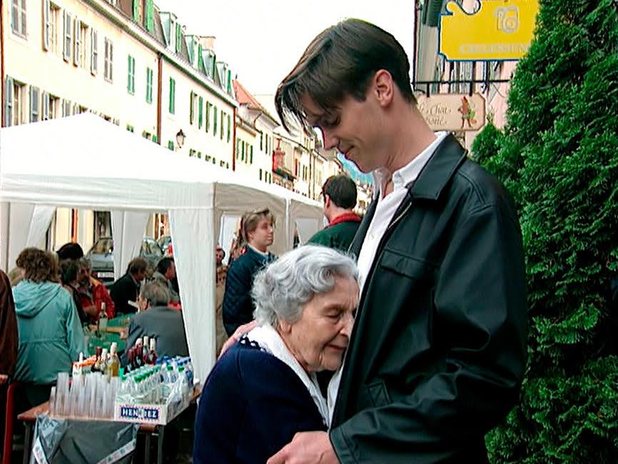 Extrait du film  « Madame » : Stéphan Riethauser et sa grand-mère lors de la fête de ses 90 ans rue Saint-Joseph. © DR