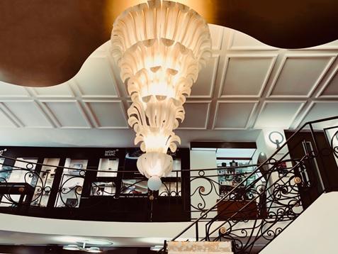 Dans l'arcade, tout s'ordonne autour d'un immense lustre fabriqué spécialement à Murano d'après un dessin original d'Henry Perey© DR