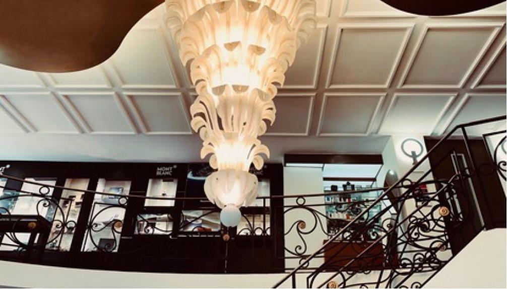 Dans l'arcade, tout s'ordonne autour d'un immense lustre fabriqué spécialement à Murano d'après un dessin original d'Henry Perey © DR © DR