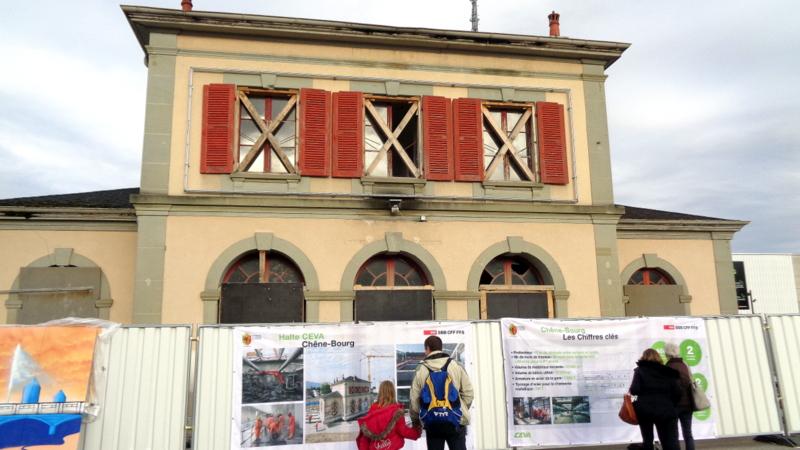 1. C.-B. La vénérable ancienne gare de Chêne-Bourg qui a été déplacée 'sur roulettes'