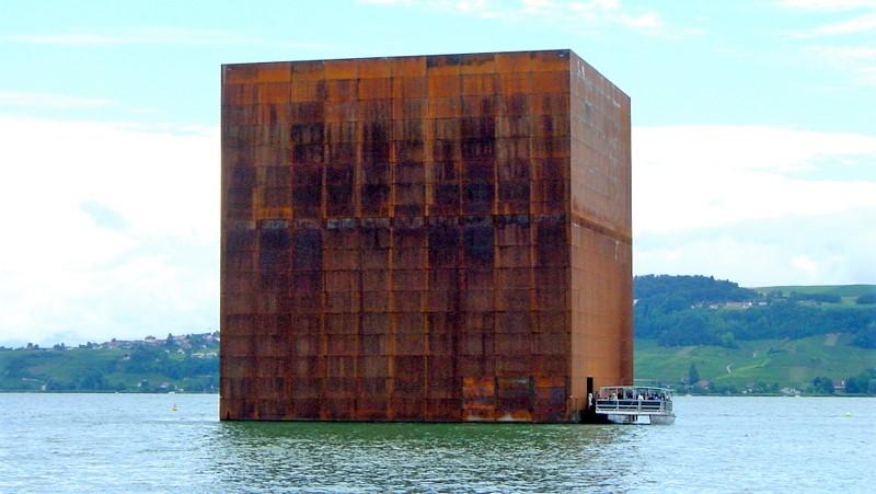 14a. Le fameux Monolithe sur le lac de Morat lors de l'Expo02
