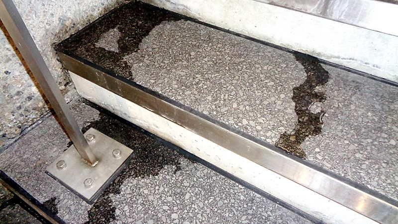 8. De l'eau coule sur les escaliers menant à la voie 1
