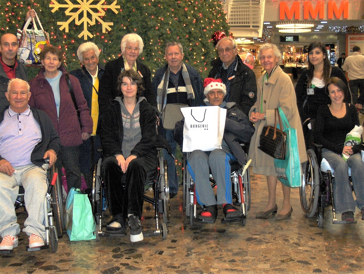 Les bénévoles accompagnent des patients pour leurs achats de Noël à Balexert
