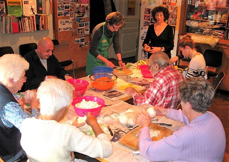 Les bénévoles aident les patients lors de la préparation de la traditionnelle soupe de l'Escalade