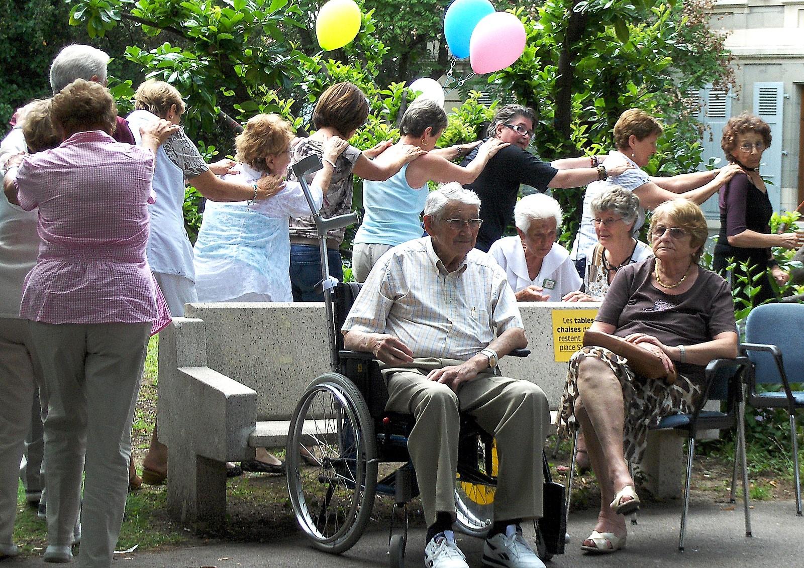 Les bénévoles entraînent les patients dans une farandole lors de la Fête de la Musique à l'hôpital