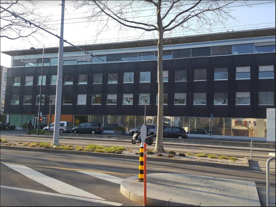 Vue partielle du bâtiment abritant les services de l'office cantonal de la population et des migrations, à Onex, le 22 mars 2020 Photo Anderson  Makedi