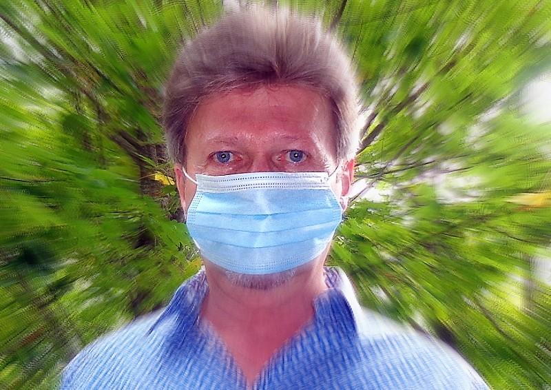 """FAUX. Le masque ne doit pas """"flotter"""" sinon l'air interne/externe pénètre à travers les bords du masque plutôt que d'être filtré à travers le tissu"""