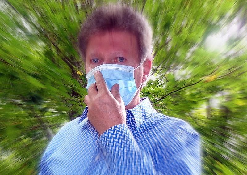 FAUX. On évite de toucher le masque pour ne pas le contaminer avec ses doigts