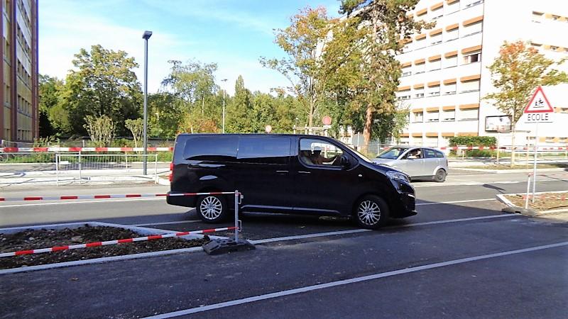 Comme les véhicules arrivent avec un angle de 45°, ils ont une visibilité restreinte sur leur droite