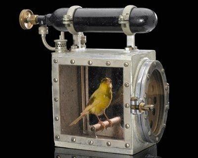 Une cage parmi le matériel d'intervention des sauveteurs : la poignée est une bouteille d'air comprimé  pour la survie de l'oiseau-sentinelle © DR