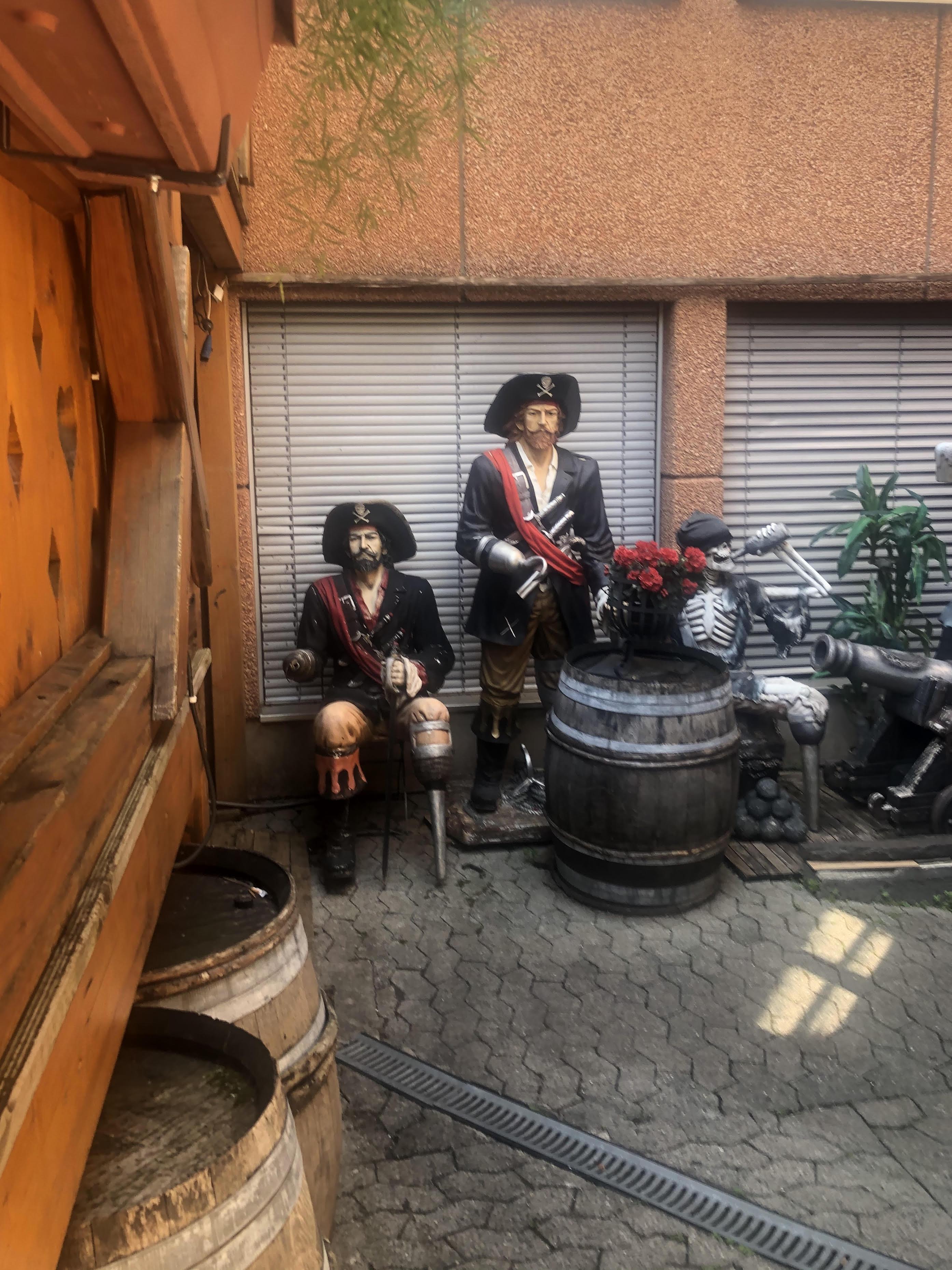 Les pirates veillent au fond de « La Cantina » © Maryelle Budry
